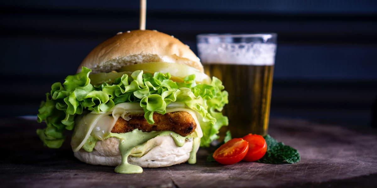 Du vil tage mere på i vægt ved at spise burgere mens du drikker øl, end ved øllen alene.