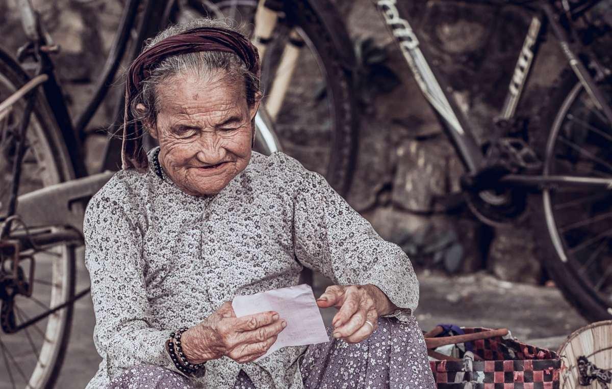Ældre kvinde smiler