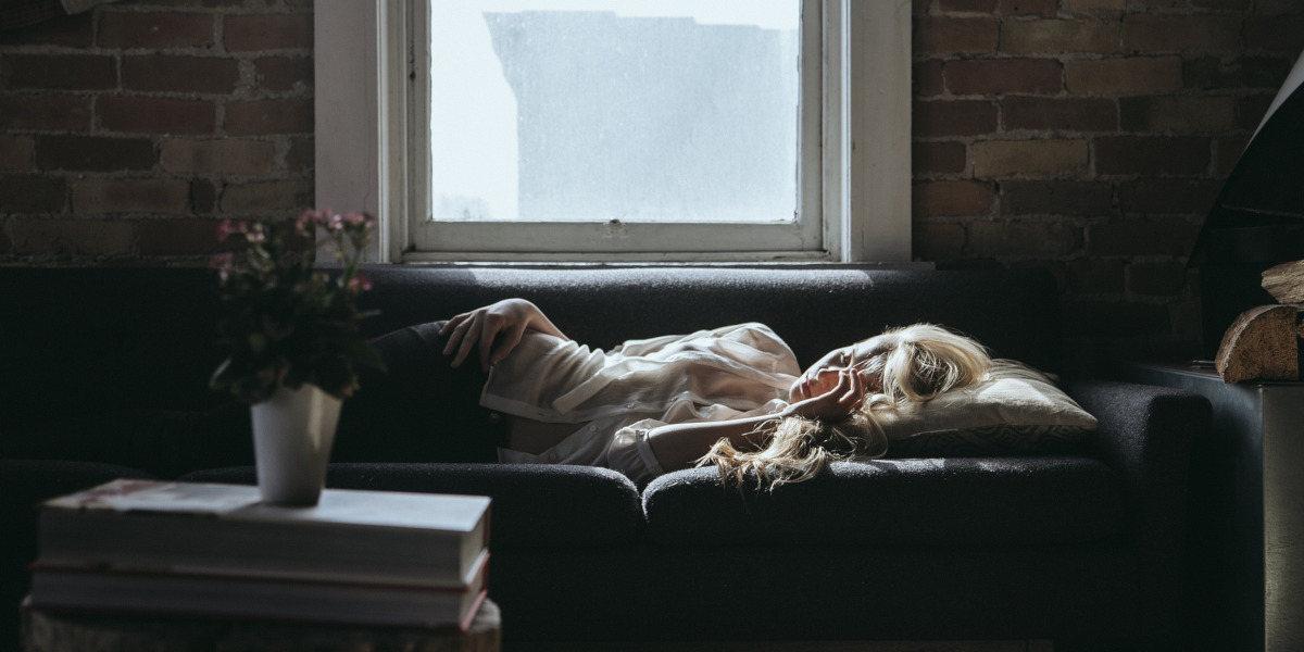 Kvinde sover på sofa