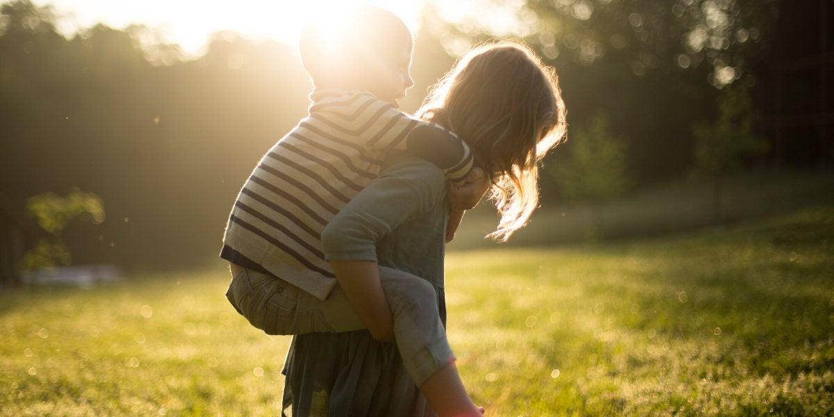 Mor og søn bruger tid udenfor, for at styre barnets immunsystem