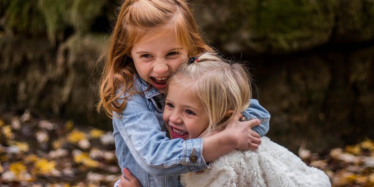 Udendørs leg gør, at børn fra en tidlig alder bliver udsat for gode bakterier, hvilket styrker deres immunsystem.