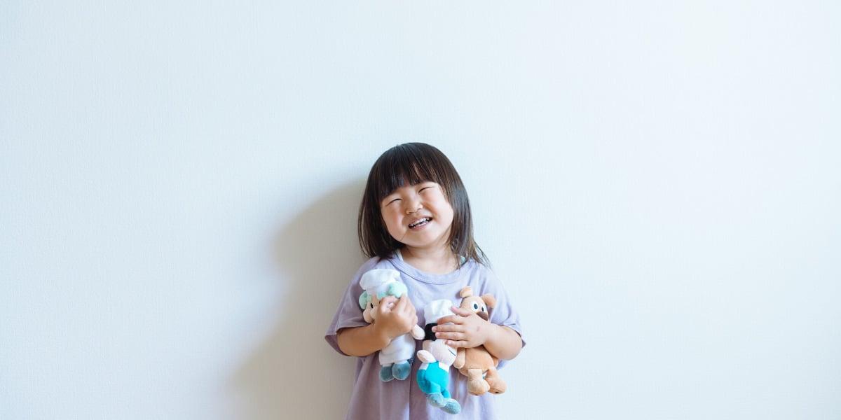 Grinende barn leger med legetøj