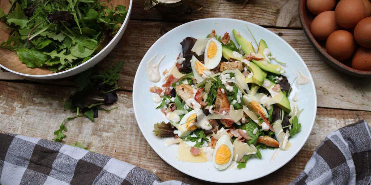 Caesar salad er en grundsten i keto kost og er det perfekte måltid, hvis du vil i ketose